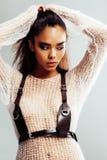 Piękno młoda afro kobieta w puloweru zakończeniu up, seksowny zimy spojrzenie, moda uzupełniał Zdjęcia Royalty Free