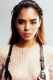 Piękno młoda afro kobieta w puloweru zakończeniu up, seksowny zimy spojrzenie, moda uzupełniał Obraz Stock