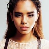 Piękno młoda afro kobieta w puloweru zakończeniu up, seksowny zimy spojrzenie, moda uzupełniał zamknięty up Zdjęcia Royalty Free