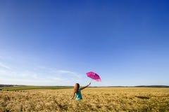 Piękno młoda dziewczyna outdoors cieszy się naturę Piękny nastoletni mo Zdjęcie Royalty Free