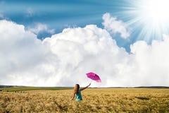 Piękno młoda dziewczyna outdoors cieszy się naturę Piękny nastoletni mo Obrazy Stock