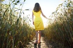 Piękno młoda dziewczyna outdoors cieszy się naturę Piękny nastoletni mo Zdjęcia Royalty Free