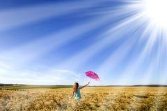 Piękno młoda dziewczyna outdoors cieszy się naturę Piękny nastoletni mo Zdjęcia Stock