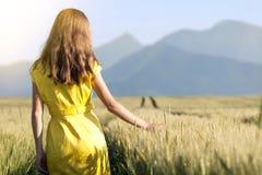 Piękno młoda dziewczyna outdoors cieszy się naturę Piękny nastoletni mo Obraz Stock