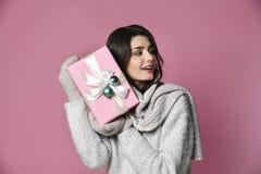 Piękno młoda dziewczyna z boże narodzenie prezentem zdjęcie stock