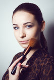 Piękno młoda dziewczyna z Makeup muśnięciami Naturalny makijaż dla brunetki kobiety z bleu ono Przygląda się piękną twarz makeove Fotografia Stock