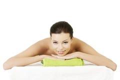 Piękno młoda kobieta relaksuje w zdroju. zdjęcia stock