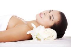 Piękno młoda kobieta relaksuje w zdroju. fotografia stock