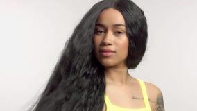 Piękno mieszający biegowy amerykanin afrykańskiego pochodzenia model w pracownianych portretach z długie włosy peruką zdjęcie wideo