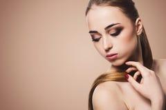 Piękno model na beżowym tle, mody strzelanina fotografia royalty free