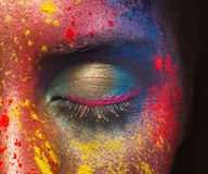 Piękno model z kolorowym proszkiem uzupełniał fotografia stock