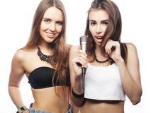 piękno modnisia dziewczyny z mikrofonu śpiewem mieć zabawą i Zdjęcie Royalty Free