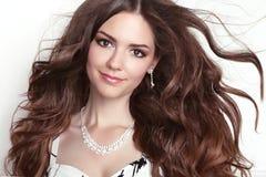 Piękno mody dziewczyny modela uśmiechnięty portret Dłudzy zdrowi Faliści brzęczenia Zdjęcie Royalty Free