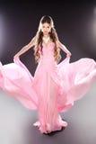 Piękno mody dziewczyny wzorcowy pozować w dmuchać przejrzystego szyfon zdjęcie stock