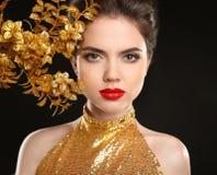 Piękno mody kobieta w złotej sukni czerwone usta Splendoru portret fotografia royalty free