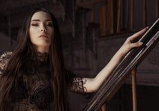 Piękno mody kobiety portret jest ubranym czerń wierzchołek z perfect smokey makeup obraz royalty free