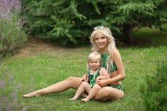 Piękno mody matka z córki rodzinnym spojrzeniem piękne blond zdjęcie royalty free