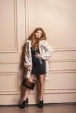 Piękno mody modela dziewczyna w białym wyderkowym Futerkowym żakiecie Obraz Stock