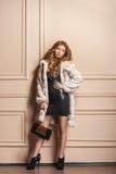Piękno mody modela dziewczyna w białym wyderkowym Futerkowym żakiecie Obrazy Stock