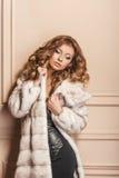 Piękno mody modela dziewczyna w białym wyderkowym Futerkowym żakiecie Zdjęcie Stock