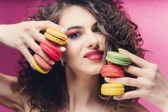 Piękno mody modela dziewczyna z colourful manicure'em bierze kolorowych macaroons fotografia royalty free
