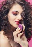 Piękno mody modela dziewczyna z colourful manicure'em je kolorowych macaroons obrazy stock