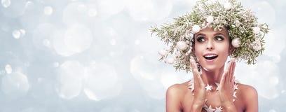 Piękno mody modela dziewczyna z jodłą Rozgałęzia się dekorację Fotografia Royalty Free