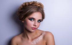 Piękno mody modela kobieta, portret, fryzura z warkoczami Mehndi, biały henna tatuaż na ramionach Zdjęcia Stock