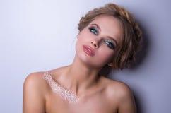 Piękno mody modela kobieta, portret, fryzura z warkoczami Mehndi, biały henna tatuaż na ramionach Obraz Royalty Free
