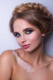 Piękno mody modela kobieta, portret, fryzura z warkoczami Mehndi, biały henna tatuaż na ramionach Zdjęcie Stock