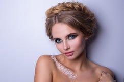 Piękno mody modela kobieta, portret, fryzura z warkoczami Mehndi, biały henna tatuaż na ramionach Fotografia Stock