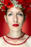 Piękno mody modela kobieta z Czerwonym maczkiem Kwitnie w jej włosy Zdjęcie Stock