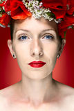 Piękno mody modela kobieta z Czerwonym maczkiem Kwitnie w jej włosy Obrazy Royalty Free