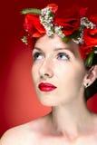 Piękno mody modela kobieta z Czerwonym maczkiem Kwitnie w jej włosy Fotografia Royalty Free