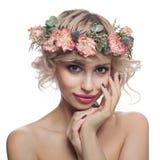 Piękno mody portret Śliczna Wzorcowa kobieta z Krótkim ostrzyżeniem, Makeup i kwiat koroną Odizolowywającą, fotografia stock