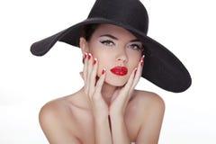 Piękno mody stylu mody modela dziewczyna w czarnym kapeluszu. Robiący manikiur na obrazy stock