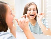 Piękno nastoletnia dziewczyna flossing jej zęby Obraz Royalty Free