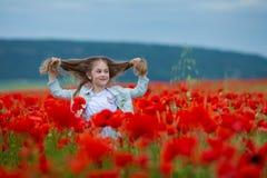 Piękno niebieskie oczy nastoletni cieszą się letnich dni Śliczna fantazja ubierająca dziewczyna w maczka polu Pole kwitnący maczk obrazy royalty free