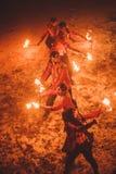 Piękno ogienia przedstawienie w zmroku zdjęcia stock