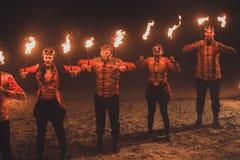 Piękno ogienia przedstawienie w zmroku zdjęcie stock