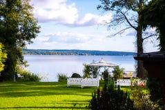 Piękno ogród z nowożytnym gazebo przy jeziorem zdjęcia stock