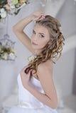 Piękno panna młoda w bridal todze indoors Zdjęcie Stock