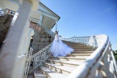 Piękno panna młoda w bridal todze z bukietem i koronkowa przesłona w naturze obrazy royalty free