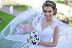 Piękno panna młoda w bridal todze z bukietem i koronkowa przesłona w naturze fotografia stock