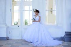 Piękno panna młoda w bridal todze z bukietem i koronkowa przesłona w naturze obrazy stock