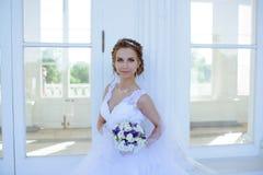Piękno panna młoda w bridal todze z bukietem i koronkowa przesłona w naturze zdjęcie stock