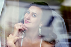 Piękno panna młoda w bridal todze z koronkową przesłoną indoors Obrazy Stock