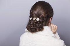 Piękno panny młodej kobiety Ślubny portret w białym futerkowym żakiecie z jej b Fotografia Stock