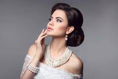 Piękno panny młodej makeup Elegancki modnej kobiety portret Retro h Zdjęcia Stock
