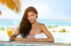 Piękno pije koktajle w pływackim basenie Fotografia Royalty Free